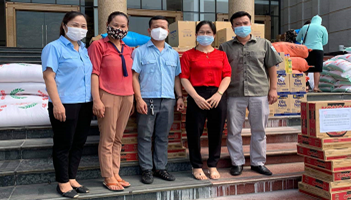Công đoàn, người lao động Công ty CP Nước sạch Bắc Giang tham gia ủng hộ các nhu yếu phẩm cần thiết cho nhân dân thành phố Hồ Chí Minh